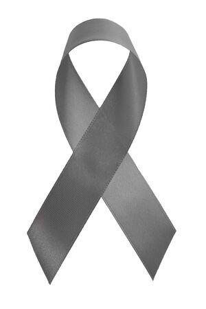 Szara wstążka na białym tle. Symboliczna koncepcja świadomości choroby Parkinsona lub raka mózgu w celu wsparcia kampanii przeciwko chorobom