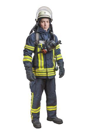 Junger Feuerwehrmann mit Maske und Luftsack auf dem Rücken in einem Vollschutzanzug auf weißem Hintergrund