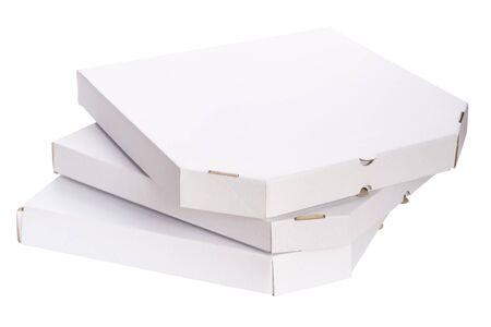 Close-up stapel lege kartonnen dozen voor pizza geïsoleerd op een witte achtergrond