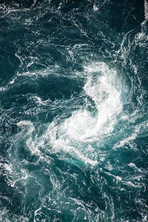 현상: Maelstrom, whirlpool of natural phenomenon, called Saltstraumen, Norway