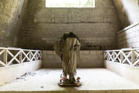 uomo a cavallo: Il cavaliere senza testa in Fontanel cimitero, Napoli Archivio Fotografico