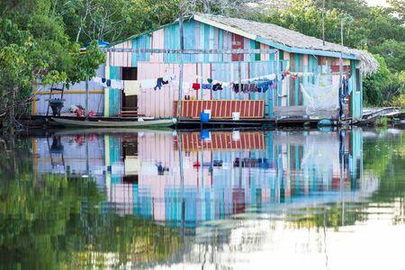 rio amazonas: Casa flotante en el r�o Amazonas, Brasil