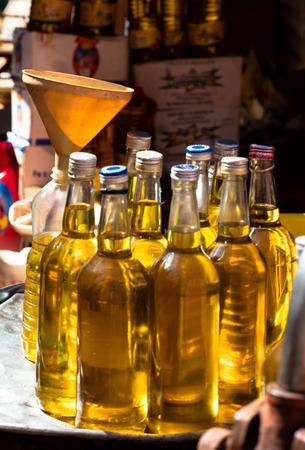 Palmöl-Flaschen auf dem Markt, Burkina Faso