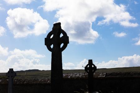 Croci celtiche in cimitero, Isole Aran, Irlanda Archivio Fotografico - 65874414