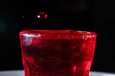 drops of red liquid in glass beaker Banque d'images - 137727965