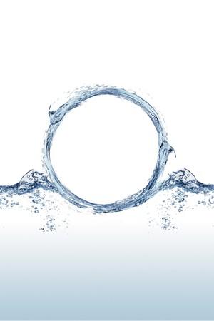 Cierre el tiro de agua chapoteando en la forma de un