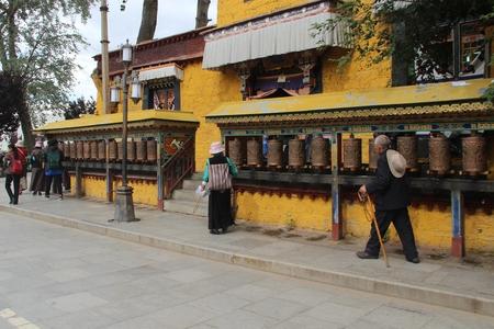 cilindro: Lhasa cilindro girando Editorial
