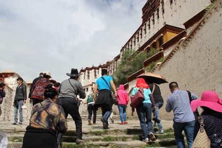subiendo escaleras: Subir escaleras Palacio de Potala