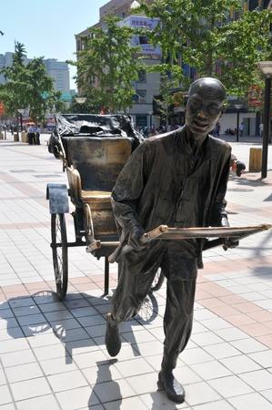 rikscha: Rikscha-Statue auf der Wangfujing Straße