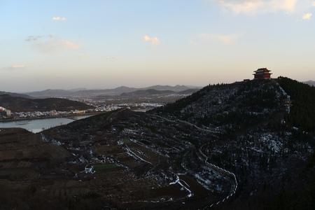 topography: Monta�as y topograf�a de la colina despu�s de la nieve Foto de archivo