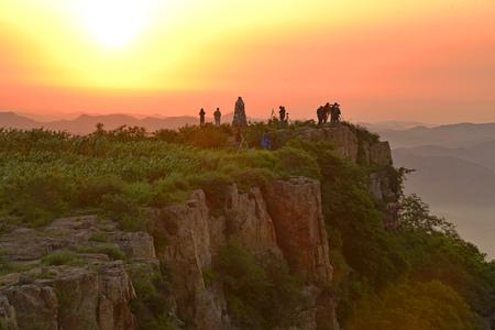 sol naciente: Taijang montaña en la salida del sol