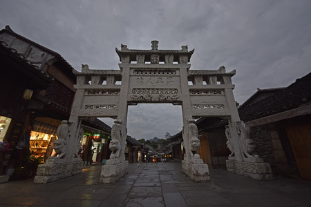 Chinese arch building at night Редакционное