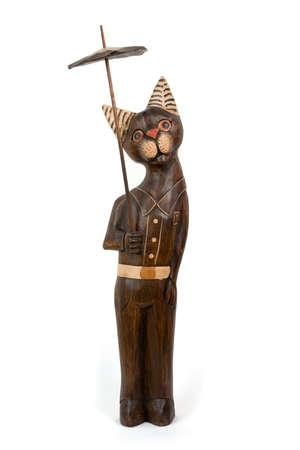 tallado en madera: tallado de madera gato con paraguas. La mayor�a de la diversi�n.  Foto de archivo
