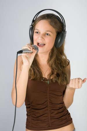audition: Młoda ładna dziewczyna spiewa. Zdjęcie Seryjne