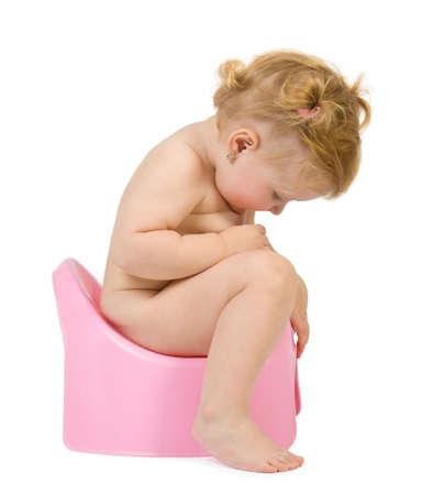 vasino: Pretty baby guardare in rosa potty. Isolare su bianco