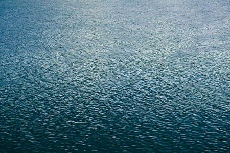 flowing river: Textura de onda azul en la superficie del agua del r�o