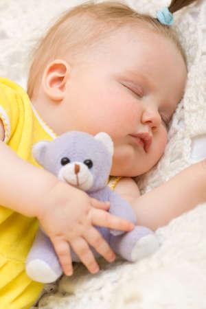 enfant qui dort: Petite fille de coucher avec son petit ours Banque d'images