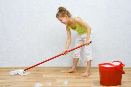 pulizia pavimenti: Bambina di pulire il pavimento in camera Archivio Fotografico