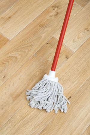 dweilen: Een rode mop op de vloer Stockfoto
