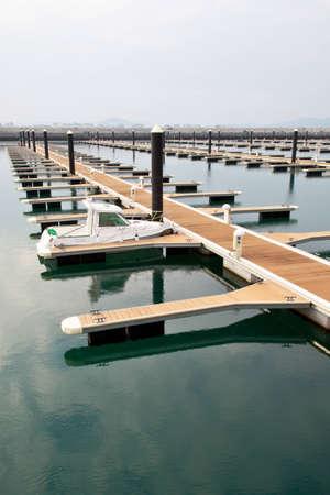 literas: barco amarrado en el puerto deportivo