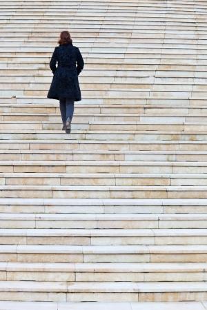 stair: eenzame vrouw traplopen Stockfoto