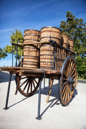 casks: wooden wagon to transport casks