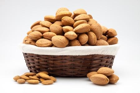 frutas secas: cesta llena de frutos secos