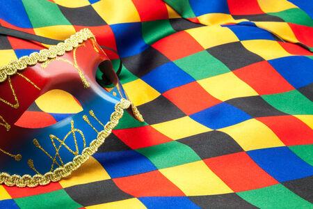 arlecchino: maschera e panno di arlecchino per un travestimento Archivio Fotografico