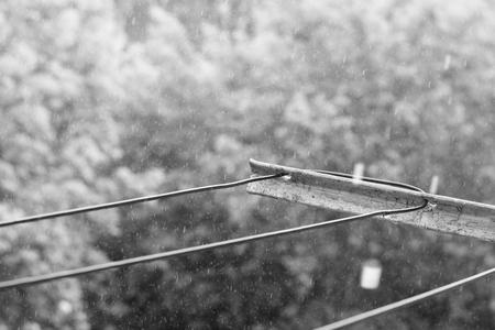 철사로 비를 내리다