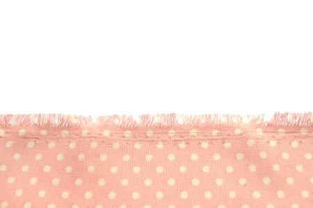 fond et texture de tissu en coton poussiéreux à pois beige avec frange le long du bord sur fond blanc isolé. Banque d'images