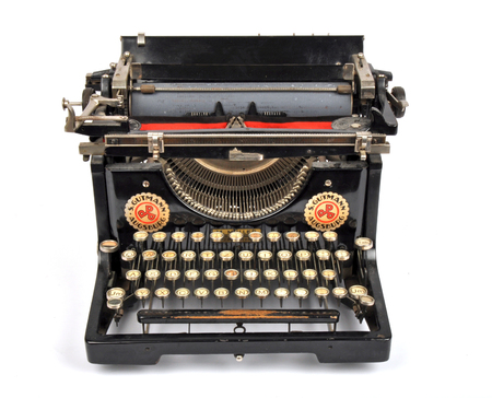 Máquina de escribir antigua, objeto aislado, máquina de escribir antigua aislada.