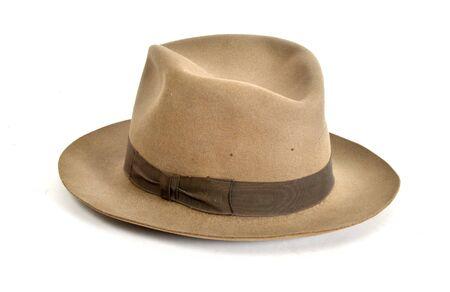 Vecchio cappello di sfondo bianco isolato