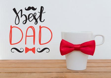 白色马克杯木制背景与胡子和手绘字母。有趣的父亲节贺卡概念