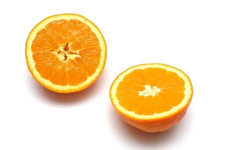 pomarańczowy cięcia w połowie na białym tle