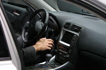 Man's Hand w nowych samochodów wnętrze, człowiek ubrany w garnitur