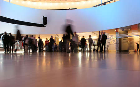 zajęty hali wystawowej z osób, które przemieszczają