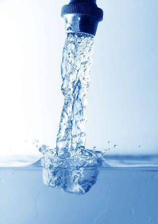 kropelki wody zrobione podczas malejącym się na powierzchni wody nadal