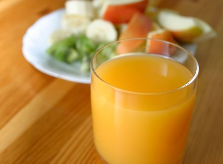 sok pomarańczowy i owoce na talerzu