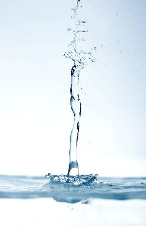 kropli wody spadających na powierzchni nadal
