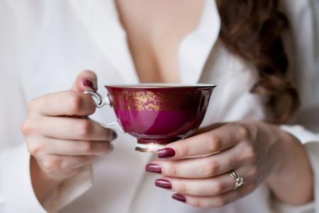 hands holding the cup of tea Standard-Bild