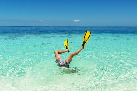 flippers: buzo salto a la whater con aletas en sus piernas