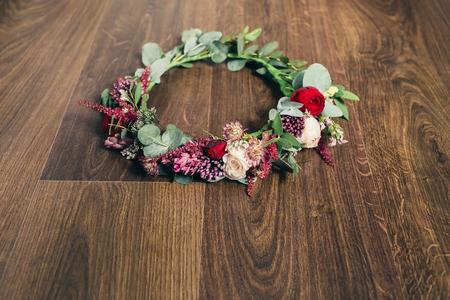 flor morada: Hermoso rojo subi� boda corona de flores sobre fondo de madera Foto de archivo