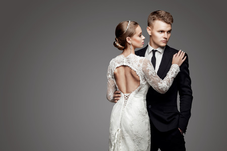 Bruidegom in geel bow-tie met bruid, studio Stockfoto