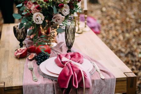 Rustikale Hochzeitsdekoration für festliche Tabelle mit schöner Blumenzusammensetzung. Herbsthochzeit Kunstwerk Standard-Bild