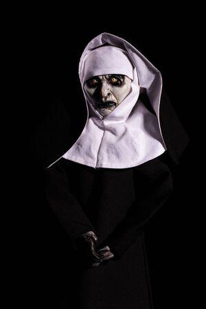 nonne effrayante. Notion d'Halloween. horreur. craindre. isolé sur fond noir Banque d'images