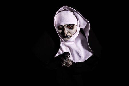 nonne effrayante. Notion d'Halloween. horreur. craindre. isolé sur fond noir