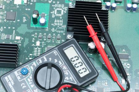 transistor: Multímetro Close-up en la placa PCB