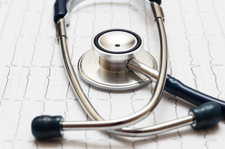 stethoscope on the cardiogram Standard-Bild