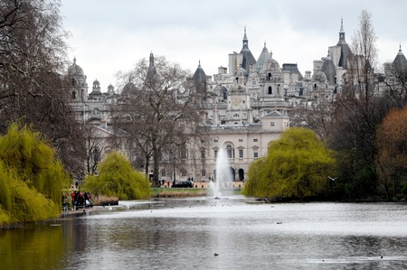 st jamess: Spring view of St. Jamess Park Lake with Horse Guard Parade building in background, London, England Stock Photo
