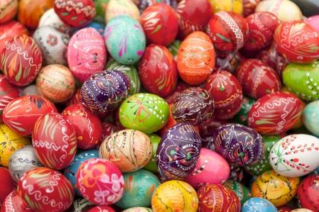 pascuas navide�as: Pila de madera pintadas de varios huevos de pascua